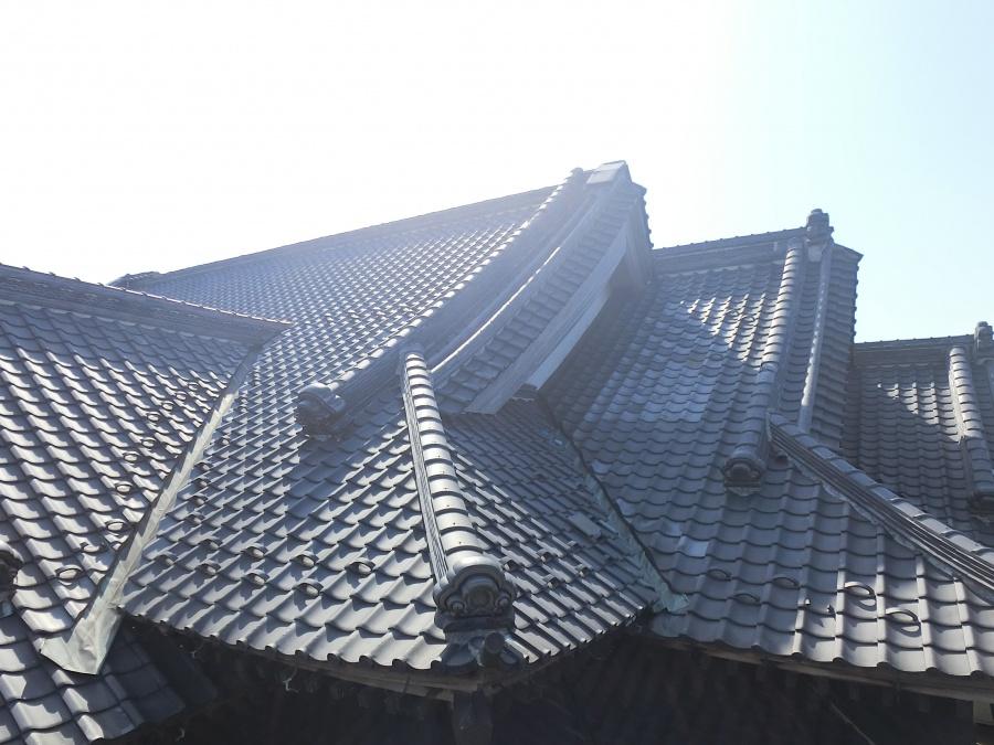 化粧棟と隅棟が方々にある鉾田市の現場