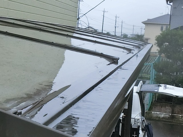テラス軒先への雨水がたまっている