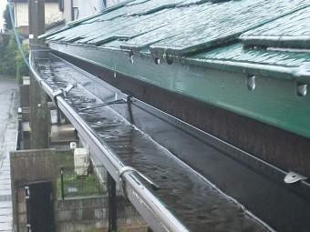 変形した雨樋に雨が溜まる