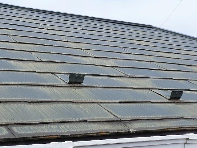 全体的に塗膜が剥離している日立市のコロニアル屋根