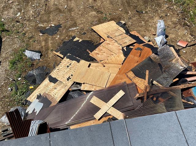 既存の波トタン屋根から撤去した屋根廃材