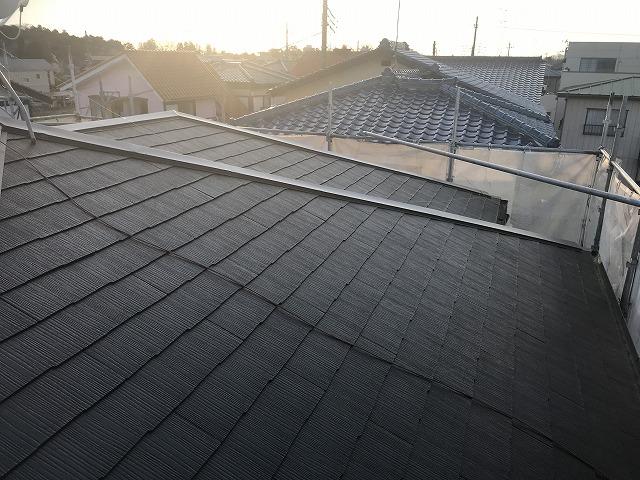 夕日に赤く染まるスレート屋根
