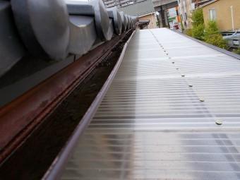 勾配不良が起き水が溜まっている銅板雨樋