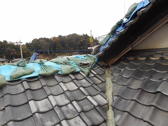 倒壊したグシがブルーシートで覆われている