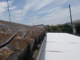 波板の上の軒樋