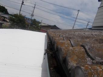 凹み泥が詰まっている軒樋