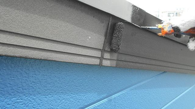 破風板をローラーで塗装