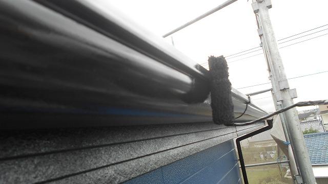雨樋をローラーで塗装