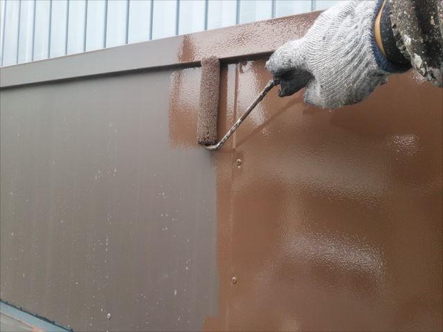 ガルバリウム板金へ塗布する職人