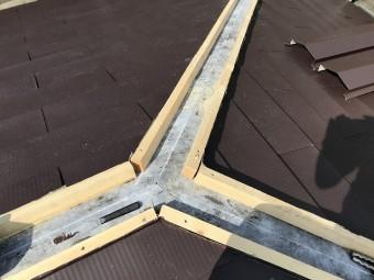 ひたちなか市の現場で棟部分には防腐処理された貫板を使用し施工