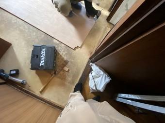 新しい床のボードに切り込みを入れる職人
