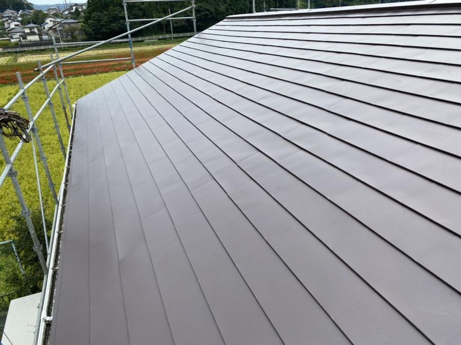 4寸勾配の屋根に金属横葺きカバー工事