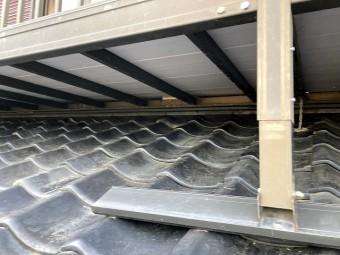 葺き直し工事が完成した屋根を、ベランダから覗き込んだ部分
