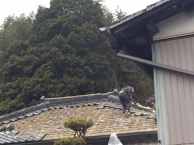 既存屋根瓦を撤去する職人