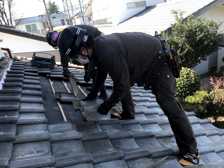 葺き直しの下地工事が終わり既存の瓦を葺き直す職人