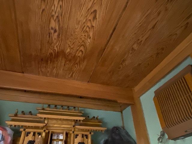 和室の神棚の上の天井雨漏り跡