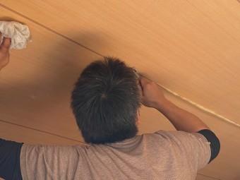 天井壁紙を仕上げながら拭いて磨く