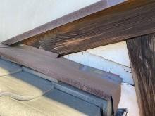 壁漆喰の破損部に緩衝する水切り板金