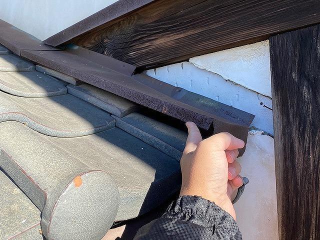 水切り板金の留め具が錆びて指一本で持ち上がる
