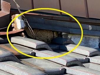 葺き止め漆喰が剥離し葺き土が割れを起こしている