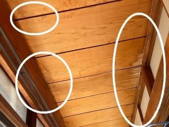 玄関ホール左側の廊下天井に雨漏り