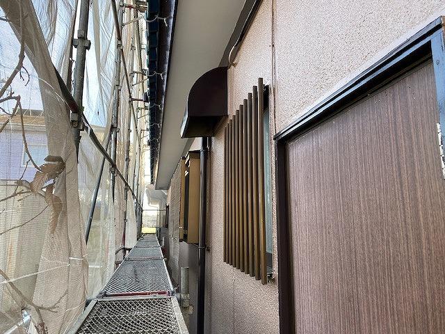 1階北面の塗布部分を西側から撮影
