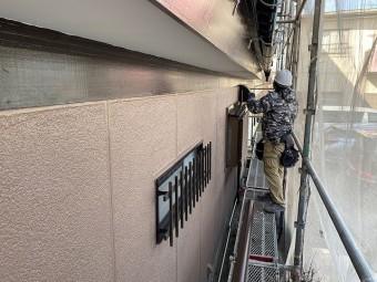 1階北面に軒樋を取り付けている職人