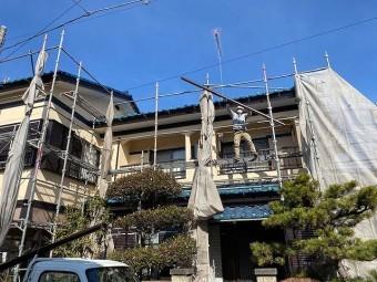 2階の軒樋施工の為に材料を上げる職人