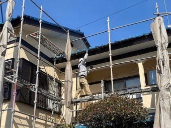 2階南面の軒樋を取り付けている職人