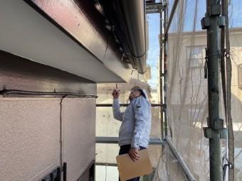 塗装漏れや不備がないか指さし確認をしながら検査を行う担当者