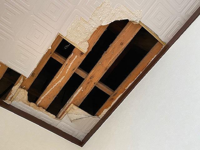 天井材に雨漏りし脱落しそうだったので撤去したボード部分