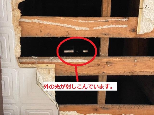 天井材の上から外の光が射しこんでいるのが見える