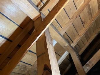 天井裏から雨漏りを場所を捜索