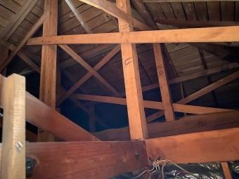 雨漏りのある広く大きな天井裏
