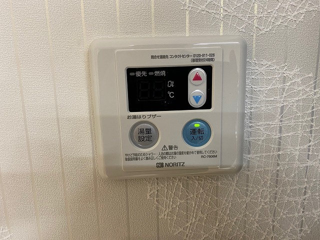 室内に新しく取り付けた給湯器用のリモコンを室内壁に設置