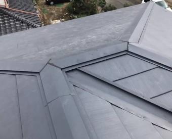 ガルバリウム鋼板を使用した屋根へのカバー工法が完成