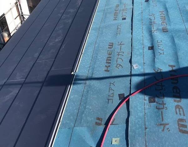 ガルバリウム鋼板を使ったカバー工法にて施工中