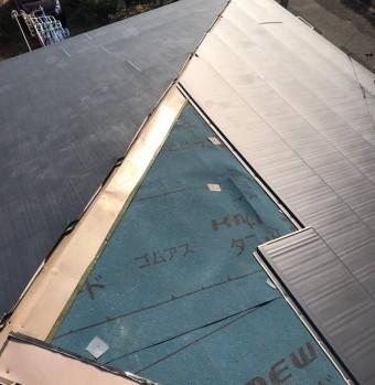 ケイミューゴムアスの上にガルバリウム鋼板を施工