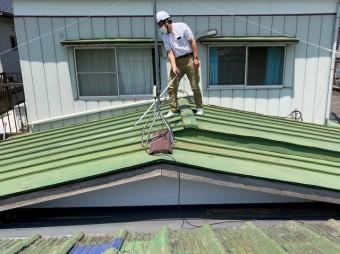 那珂市での雨漏り調査の為に屋根上の調査を開始する調査員