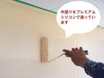 城里町の外壁塗装で使用するSK化研のプレミアムシリコンをローラー塗り