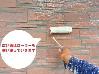城里町の外壁塗装で使用する日本ペイントのUVプロテクトクリヤをローラーで塗る