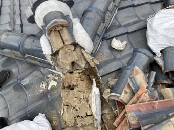 主棟を解体して出てきた葺き土の画像
