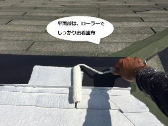 新しく交換した棟板金にシーラーを塗布する職人