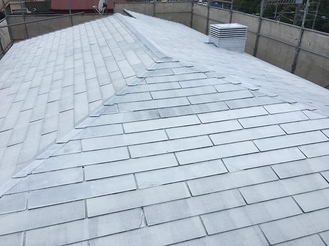 水戸市で屋根塗装施工中の現場は下塗り工程まで完了