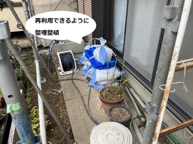 再利用できるようにブルーシートと土嚢を整理整頓
