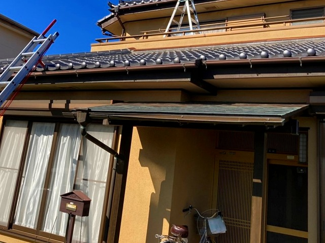 屋根に登り調査を進めます