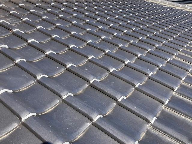 陶器瓦で葺かれた水戸市の屋根