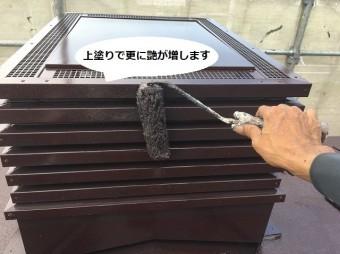 換気煙突へ遮熱塗料の上塗りを行う職人