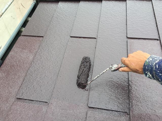 遮熱塗料クールタイトSiを屋根に上塗りする職人