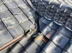 雨漏り改修工事前の入母屋屋根の谷板金周辺